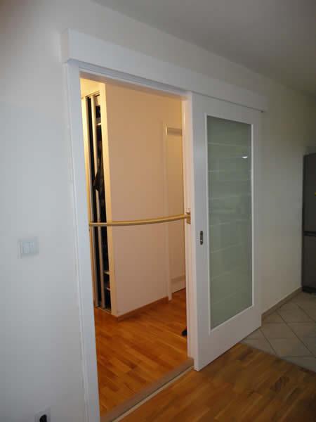bela lesena drsna vrata