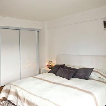 Kako do cenovno ugodne garderobne omare z drsnimi vrati za spalnico?