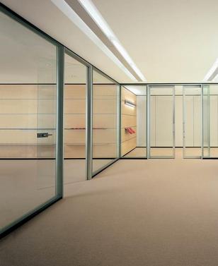 steklene pisarniške predelne stene
