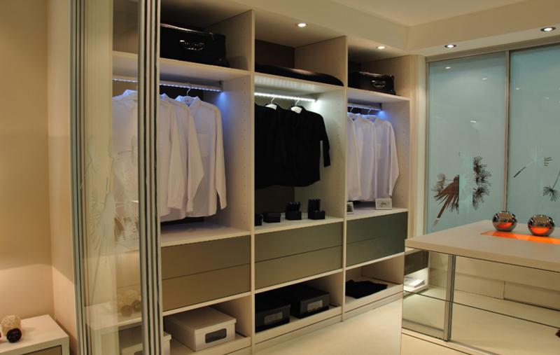 moderna garderobna soba z notranjo senzorsko osvetlitvijo