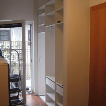 Dolg in ozek hodnik – kako ga opremiti in dekorirati?