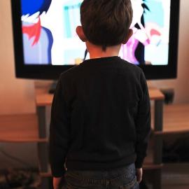 """Koliko gledanja televizije je """"še dobro"""" za otroke – Kaj pravi stroka…"""